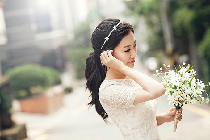 Với phụ kiện là bờm đính đá, kiểu tóc của cô dâu không cần quá cầu kỳ mà vẫn có điểm nhấn.