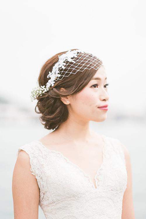 Một biến tấu khác của mạng che và bờm hoa trên mái tóc búi.