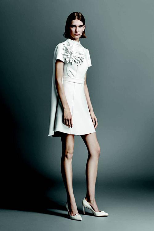 Tiếp tục đến với mẫu váy cưới ngắn của Viktor & Rolf trong bộ sưu tập cho 2019, thiết kế này có thiên hướng nhẹ nhàng, đơn giản. Một bông hoa với nhiều cánh là điểm thu hút nhất của bộ váy. Tà váy sau lưng sẽ giúp mỗi bước đi của cô dâu thêm phần uyển chuyển, thướt tha.