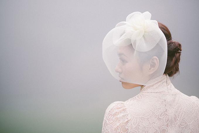Cô dâu dùng mạng che mặt với tạo hình một bông hoa to bản đem đến nét lãng mạn phù hợp với bộ váy cưới.