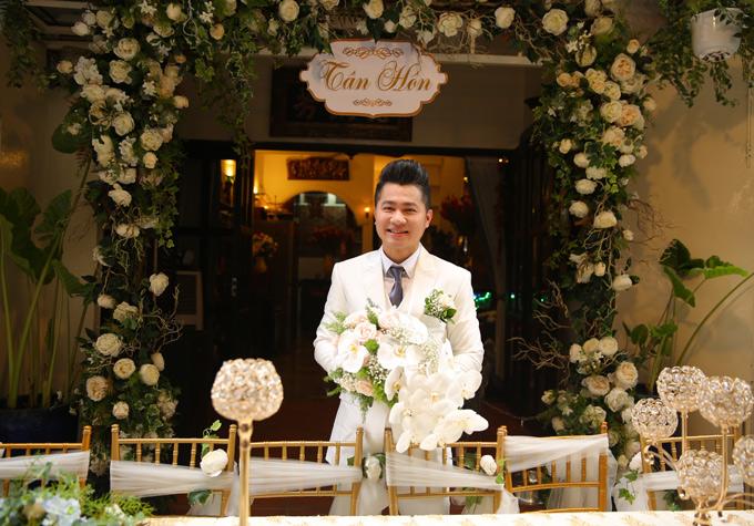 Lâm Vũ từ nhà riêng ở quận 1 TP HCM chuẩn bị đi rước dâu. Trước đó vợ chồng anh đã làm lễ gia tiên tại quê nhà Cà Mau nên không thực hiện nghi thức này ở Sài Gòn nữa.