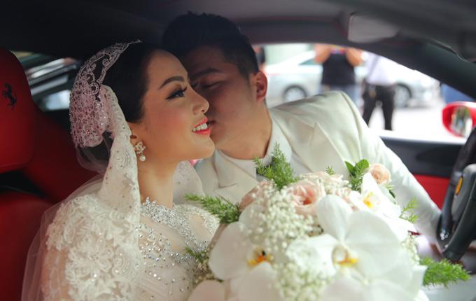 Chú rể âu yếm hôn má vợ trong xe hoa. Sau đó Lâm Vũ chở Huỳnh Tiên ra thẳng nhà hàng tiệc cưới. Anh tiết lộ đã mời 800 vị khách tham dự ngày vui của mình.