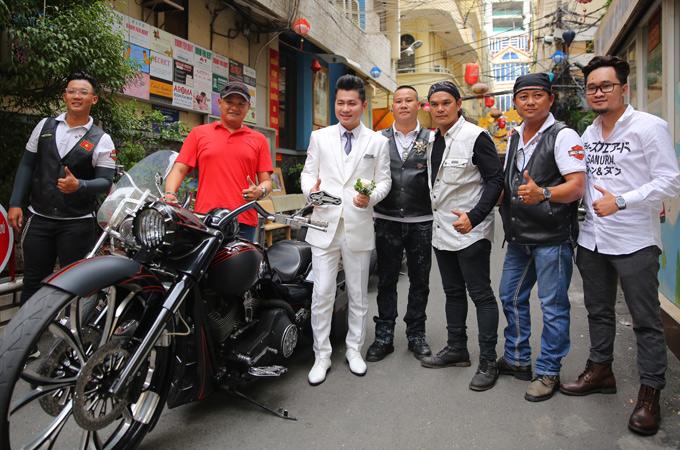 Nam ca sĩ chụp ảnh cùng các chiến hữu thân thiết trước khi xuất phát.