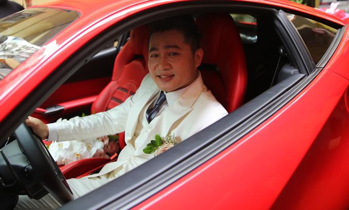 Lâm Vũ tự lái xe hoa đến đón vợ yêu.