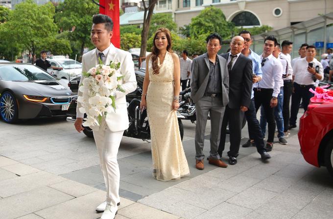 Đi cùng Lâm Vũ tới đón dâu là những người bạn của anh.