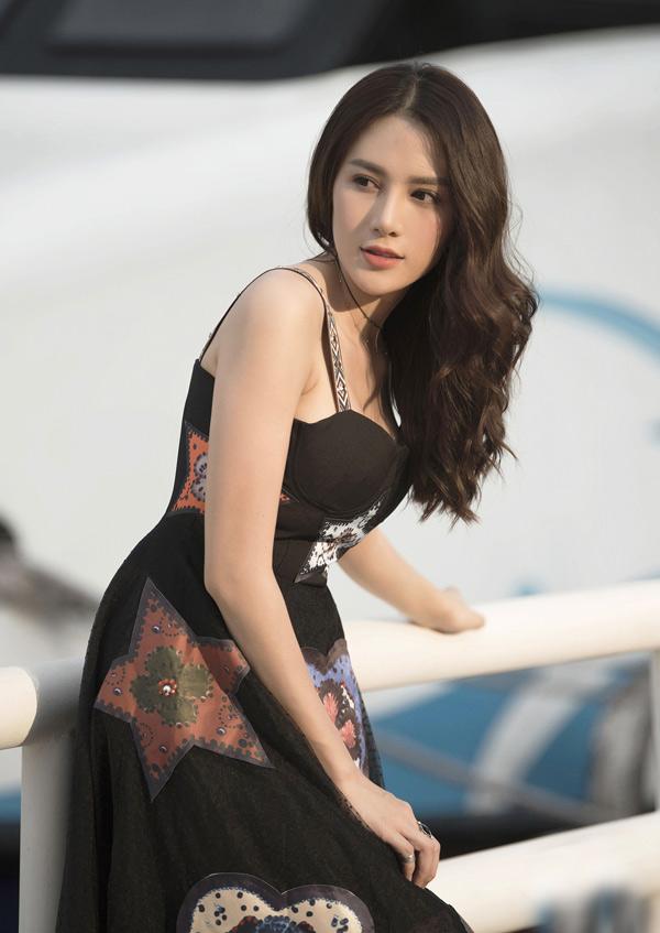 Bộ ảnh do chuyên gia trang điểm Bảo Bảo, stylist Phạm Bảo Luận hỗ trợ thực hiện.