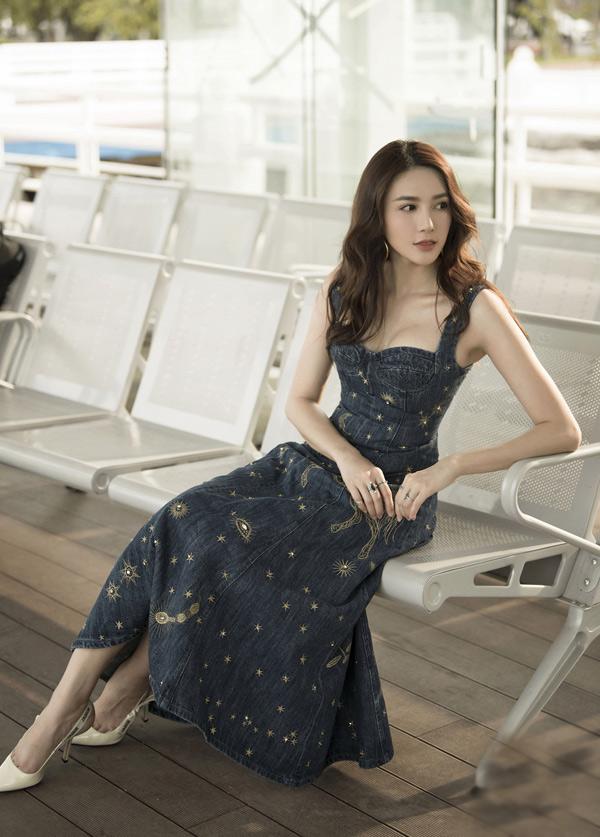 Lê Hà khoe vòng một sexy với váy jean kiểu corset.