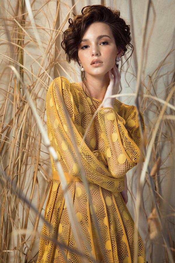váy, nàng Hoa hậu Nga không chỉ cuốn hút với sự cá tính mà còn mang theo nét quyến rũ, đầy gợi cảm.