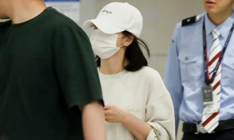 Song Hye Kyo che chắn kín mít khi từ Thượng Hải về Hàn Quốc