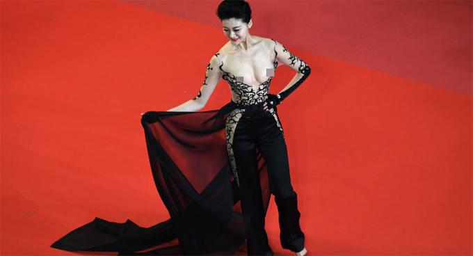 Người đẹp Triệu Hân - Hoa hậu Du lịch Quốc tế Trung Quốc - còn khiến mọi người nóng mắt hơn khi để lộ cả hai bầu ngực trên thảm đỏ ngày 9/5.