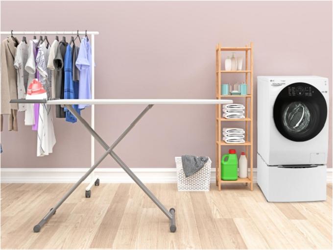 Không gian rộng cho phép người dùng thoải mái sắp xếp vật dụng liên quan đến việc giặt ủi. Với thiết bị chủ đạo là máy giặt, kiểu thiết kế phòng giặt ủi riêng biệt cho phép người dùng thoải mái lựa chọn thiết bị giặt theo ý thích mà không bị hạn chế về kích thước, trọng lượng hay màu sắc.