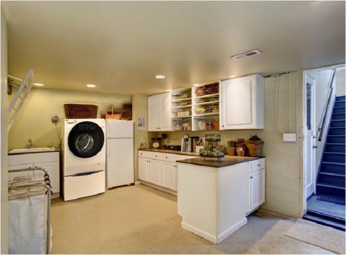 Tích hợp thiết bị giặt và đồ dùng vào phòng bếp: Nếu phòng bếp của gia đình có không gian trống, bạn có thể tận dụng để thiết kế phòng giặt nhỏngay bên trong. Bạnnênkê một chiếc máy giặt và một tủ kệ nhỏ có mặt phẳng để thuận lợi cho công việc mà vẫn đảm bảo thẩm mỹ cho căn bếp. Bên trên máy giặt có thể tận dụng để đựng một số đồ dùng nhỏ.