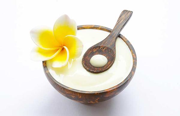 Công thức sữa chua Trộn 1 thìa sữa chua với 1/4 cốc dầu ô liu nguyên chất cùng 1 thìa mật ong và 3 thìa đường thô. Dùng hỗn hợp này massage da, đặc biệt là các vùng da tối màu như khuỷu tay, đầu gối. Công thức này giúp làm sáng da hiệu quả.