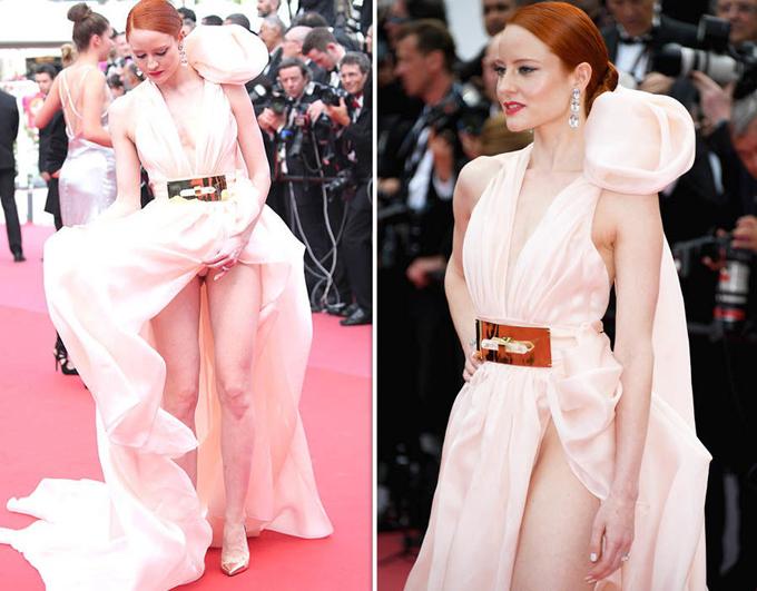 Kiểu váy xẻ cũng khiến diễn viên kiêm người mẫu Đức, Barbara Meier, lộ nội y.