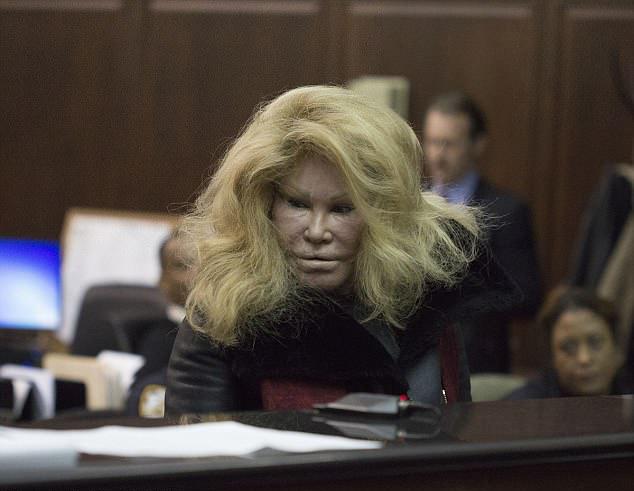 Jocelyn nợ khá nhiều tiền cho cho các luật sư để giúp bà thoát khỏi các vụ kiện tụng.