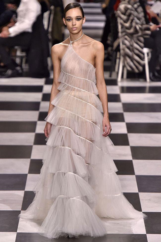 Bộ đầm Emilia Clarke diện được biến tấu từ mẫu váy nằm trong BST Xuân 2018 của Dior.