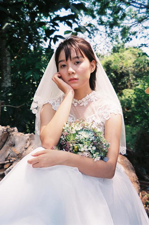 Lối makeup tự nhiên, trong trẻo của cô dâu phù hợp với phong cách cổ điển mà bộ ảnh muốn hướng đến.