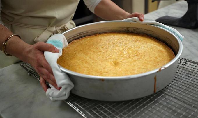 Đầu bếp Claire nướng xong một tầng bánh. Chiếc bánh cưới Hoàng gia có thành phần gồm 200 quả chanh Amalfi, 500 quả trứng hữu cơ từ Suffolk, 20 kg bơ, 20 kg bột mì, 20 kg đường và hoa cơm cháy. Ảnh: The Sun.