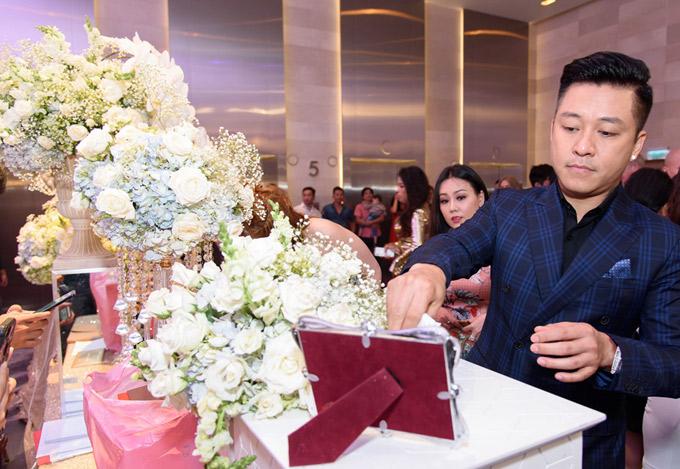 Khu vực thùng để khách bỏ phong bì cũng được kết hoa hồng, hoa lan và cẩm tú cầu trắng.