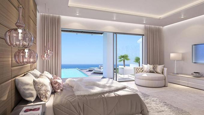 Phòng ngủ chính rộng rãi, có view ra biển.