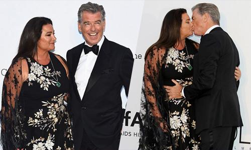 'Điệp viên 007' Pierce Brosnan 'khóa môi' bà xã trên thảm đỏ