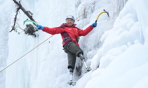 Ông lão 69 tuổi chinh phục đỉnh Everest bằng hai chân giả