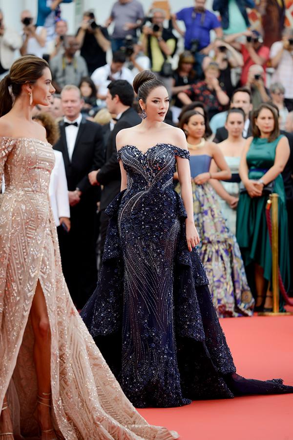 Lý Nhã Kỳ tiếp tục diện bộ trang phục của nhà thiết kế Việt Nam Hoàng Hải. Bộ đầm dài trễ vai và tóc búi cao giúp cô trông quý phái, quyến rũ.