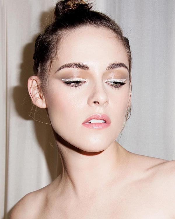 Cô nàng Bella một lần nữa chứng tỏ khả năng biến hình tuyệt vời với kiểu vẽ viền mắt trắng đính ngọc trai