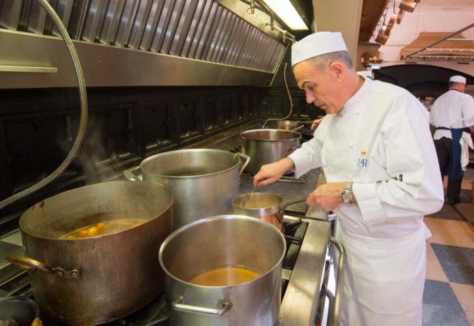 Đội ngũ đầu bếp Hoàng gia gần 30 người chế biến bữa tiệc cho 600 khách.