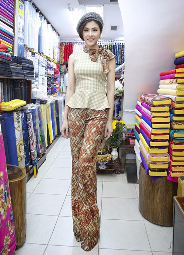 Bộ trang phục theo phong cách cổ điển với phần quần ống suông, áo peplum của Vân Trang khá dễ thương. Nếu thay thế áo ca rô và mũ bằng trang phục và phụ kiện đơn sắc chắc chắn tổng thể sẽ không rối mắt như set đồ này.