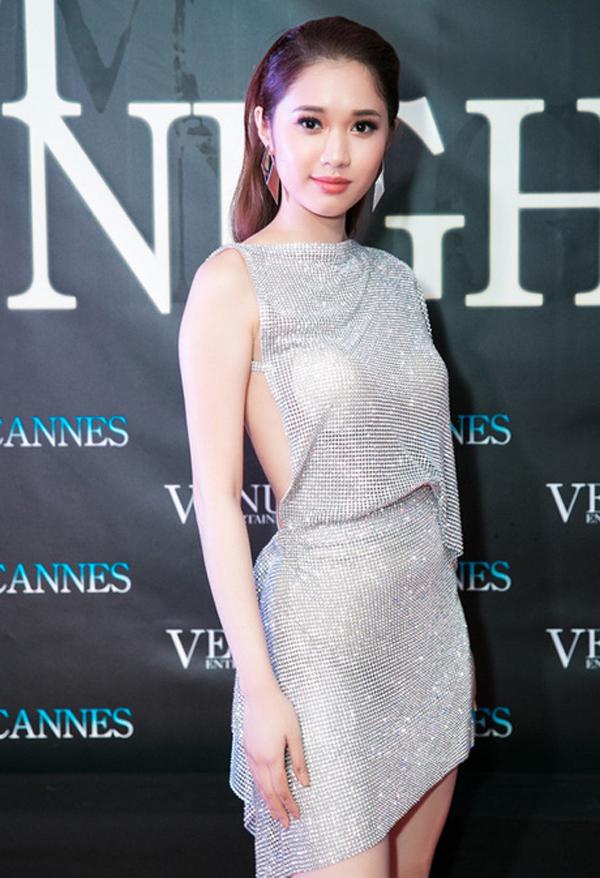 Quỳnh Hương giúp mình nổi bật trên thảm đỏ với bộ váy may trên chất liệu đá trắng lấp lánh. Giá như cô tinh tế hơn trong việc sử dụng nội y đi kèm thì sẽ giúp mình ghi điểm tuyệt đối.