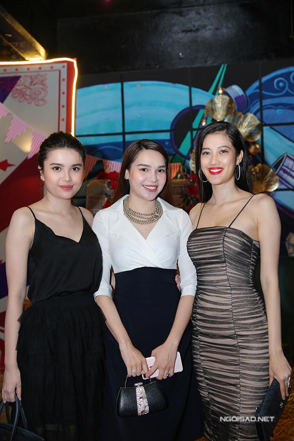 Hoa hậu Đông Nam Á Diệu Hân (áo trắng)và em gái Diệu Thùy (Á hậu Đại dương 2017) chụp ảnh cùng người đẹp Thủy Tiên (ngoài cùng bên phải).
