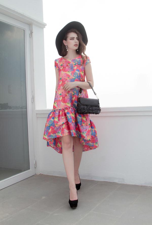 Váy hạ eo với phom dáng rộng mang lại sự thoải mái cho các bạn gái khi đến văn phòng và thích hợp với những buổi cà phê, dạo phố.