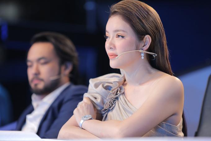 Nữ diễn viên Kiều nữ và đại gia chọnkhuyên tai, nhẫn và đồng hồ đính kim cương để hoàn thiện vẻ ngoài.