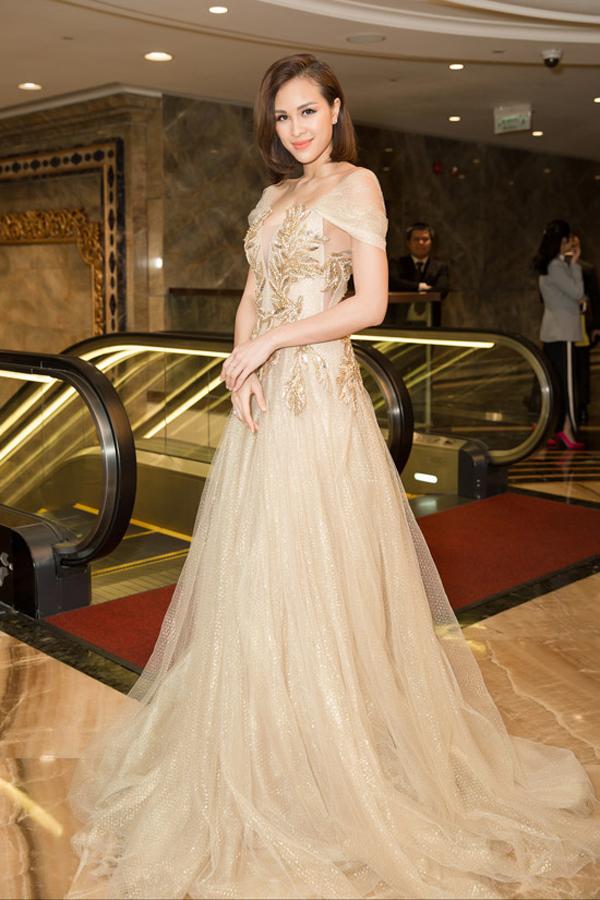 Phương Mai trẻ trung và quyến rũ cùng mẫu váy dạ hội thêu chỉ vàng nổi bật được các sao Việt ưa chuộng ở mùa thời trang năm nay.