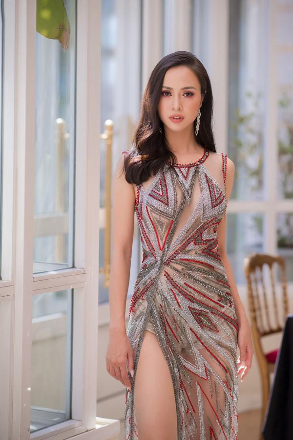 Kỹ thuật kết cườm thủ công tinh xảo đã tạo nên họa tiết bắt mắt trên trang phục của Vũ Ngọc Anh. Đồng thời, mẫu váy giúp côđốt mắt người đối diện vì khoảng hở ấn tượng bởi chất liệu vải xuyên thấu.