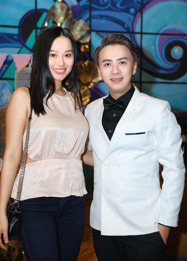 Hoa hậu Điện ảnh Huỳnh Yến Trinh tới chúc mừng Văn Thành Công.