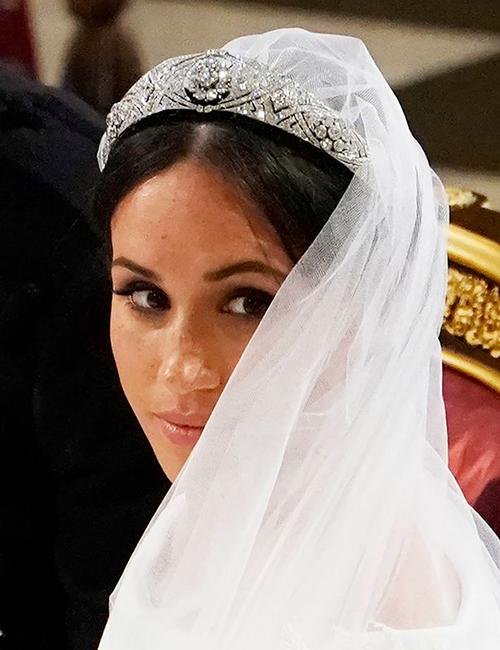 Meghan đeo chiếc vương miện của Nữ hoàng Mary cho mượn. Ảnh: The Hollywoodgossip.