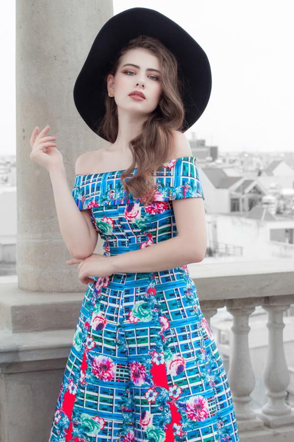 Vải lụa in hoa được chọn lựa để thể hiện các kiểu váy xòe cổ điển, váy trễ vai và đầm dáng ngắn mang tính ứng dụng cao.