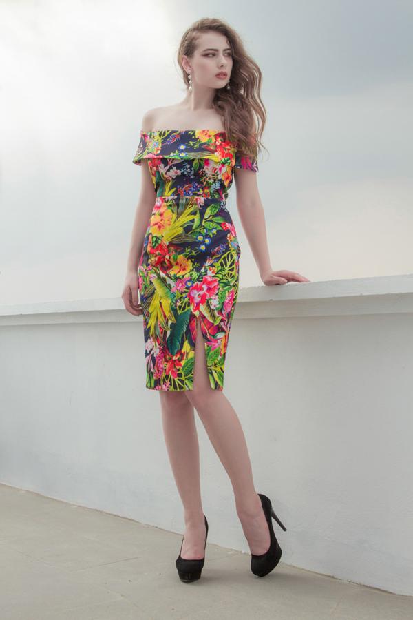 Đầm ôm với các chi tiết trễ vai, xẻ chân váy và hình ảnh đậm chất nhiệt đới giúp các nàng trở nên ấn tượng hơn với mốt họa tiết mùa hè.