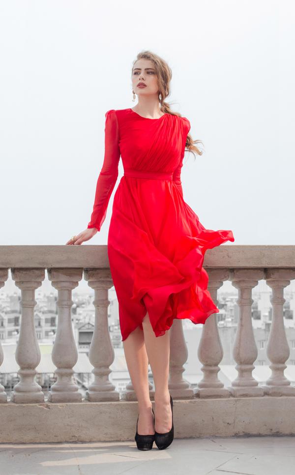 Ngoài vải lụa nhân tạo, nhà mốt Việt còn sử dụng thêm các loại tơ lụa, voan lụa để mang tới sự nhẹ nhàng cho các mẫu váy.