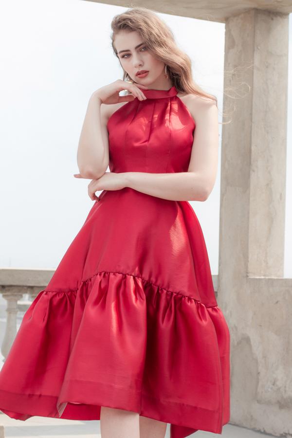 Tôn đỏ cuốn hút vẫn được ưa chuộng và chọn lựa để mang tới các mẫu váy xòe khiến người mặc trở nên trẻ trung và đáng yêu hơn.