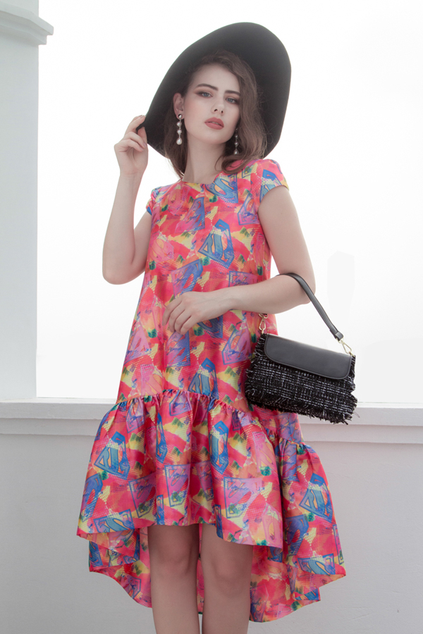 Phong cách cổ điển và hiện đại được hòa trộn vào nhau để mang tới các dáng váy giúp phái đẹp sành điệu cùng xu hướng hè 2018.