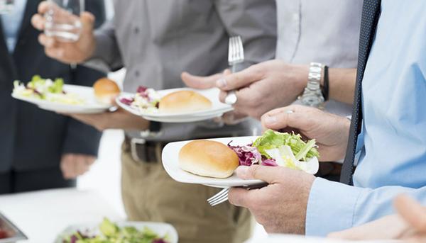 Đứng ăn Nghiên cứu khoa học đã chỉ ra rằng, đứng ăn là tư thế ăn uống khoa học nhất vì nó giảm áp lực cho hệ tiêu hoá.