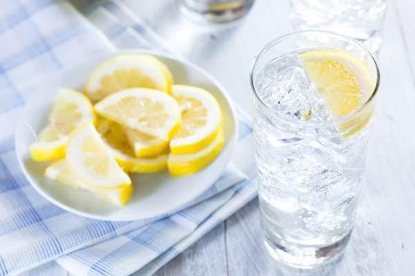 Uống nước lạnh Khi uống nước lạnh, cơ thể cần tiêu hao nhiều calories hơn. Do đó, thói quen uống đồ lạnh được đánh giá là tốt cho
