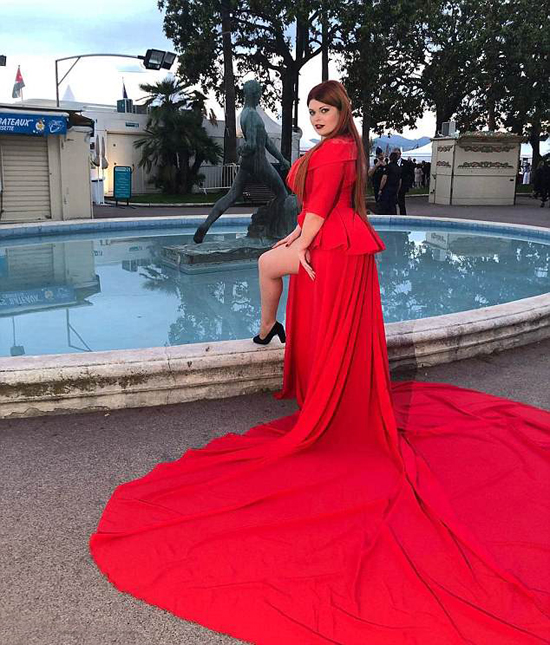 Người mẫu Nga tồng ngồng trên thảm đỏ Cannes vì tuột váy - ảnh 2