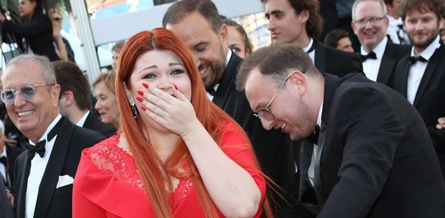 Người mẫu Nga tồng ngồng trên thảm đỏ Cannes vì tuột váy - ảnh 1