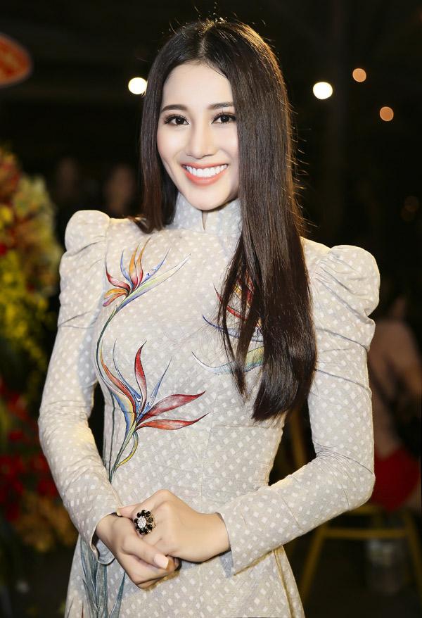 Ca sĩ Tố My diện áo dài duyên dáng biểu diễn trên bãi biển Ninh Thuận.