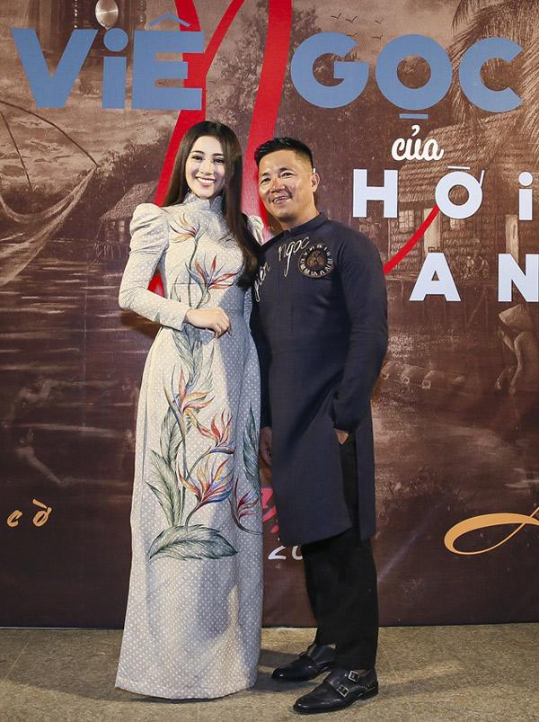 Ngọc nữ bolero chụp ảnh kỷ niệm cùng nhà thiết kế Đinh Văn Thơ tại sự kiện.