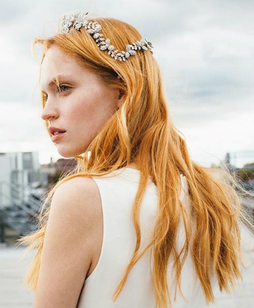 Hiện đại và quyến rũ là tinh thần của cách kết hợp vương miện đính đá với mái tóc uốn nếp, messy (có độ phồng, rối nhẹ, tự nhiên).